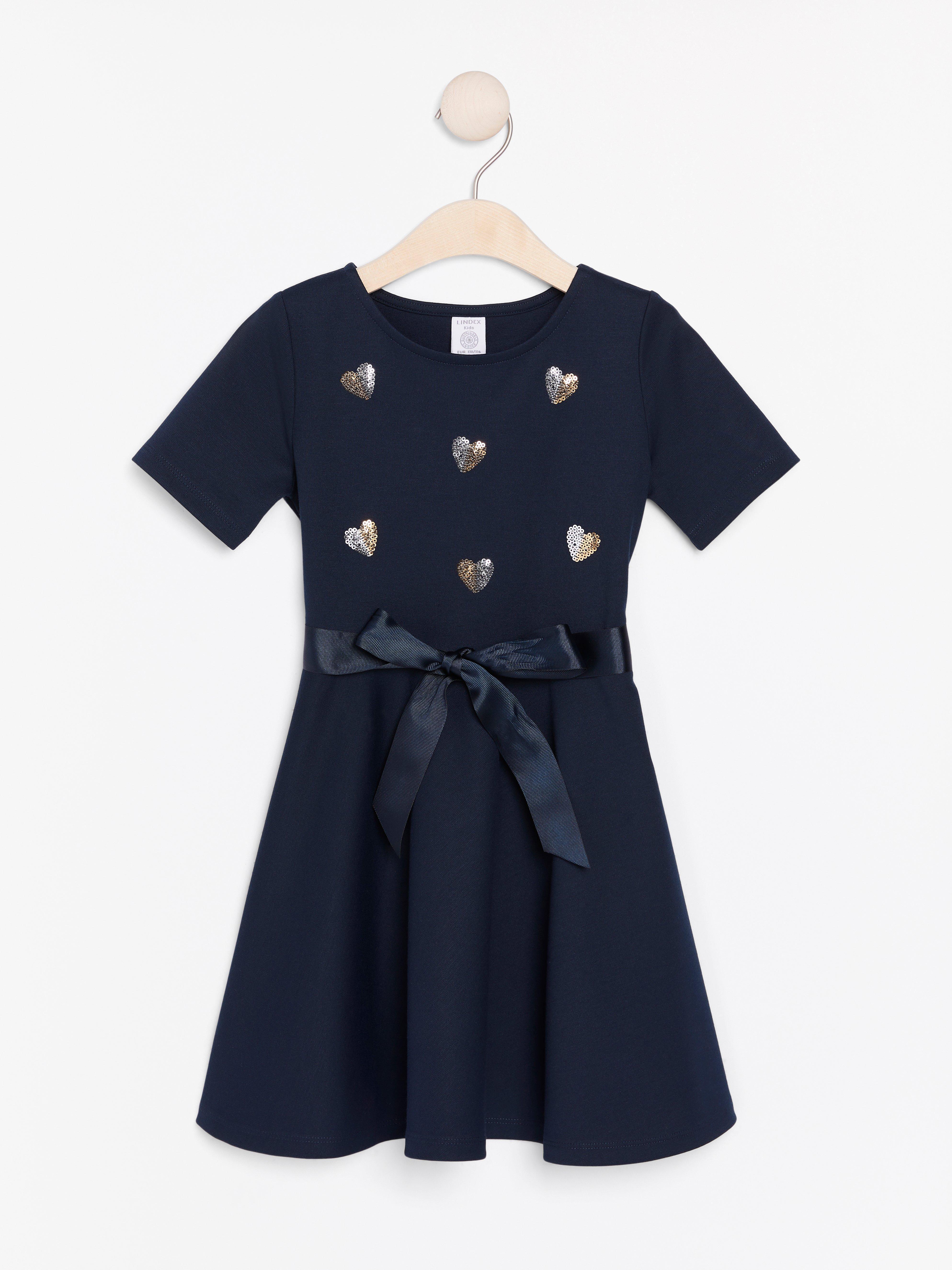 Kortärmad jerseyklänning med paljetthjärtan