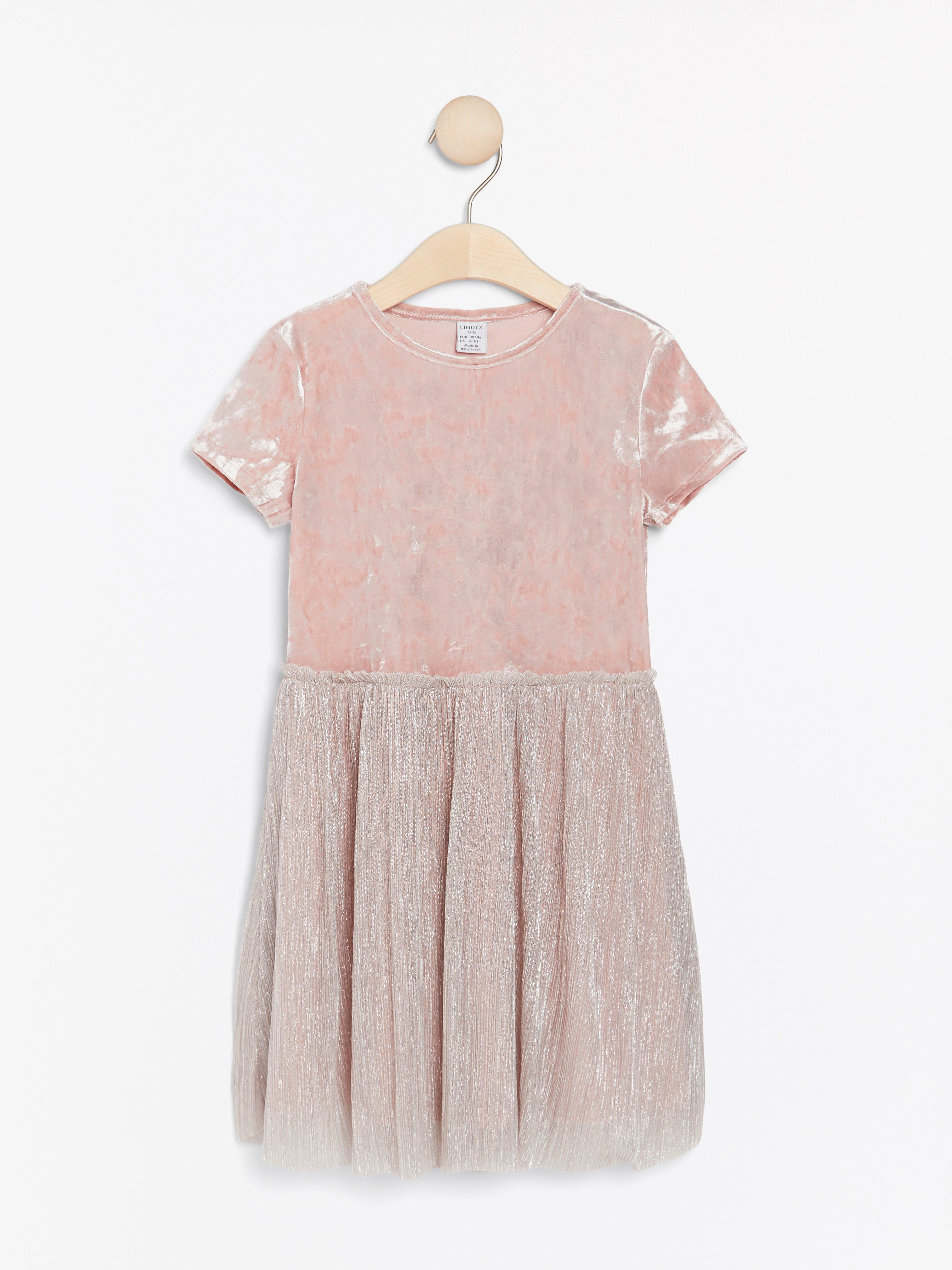 Rosa klänning i sammet och plisserad tyll