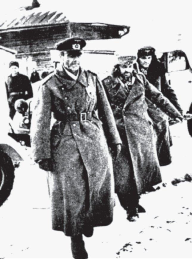 Kapitulation der 6. Armee in Stalingrad – Generalfeldmarschall Friedrich Paulus (links) wird in die Gefangenschaft abgeführt.
