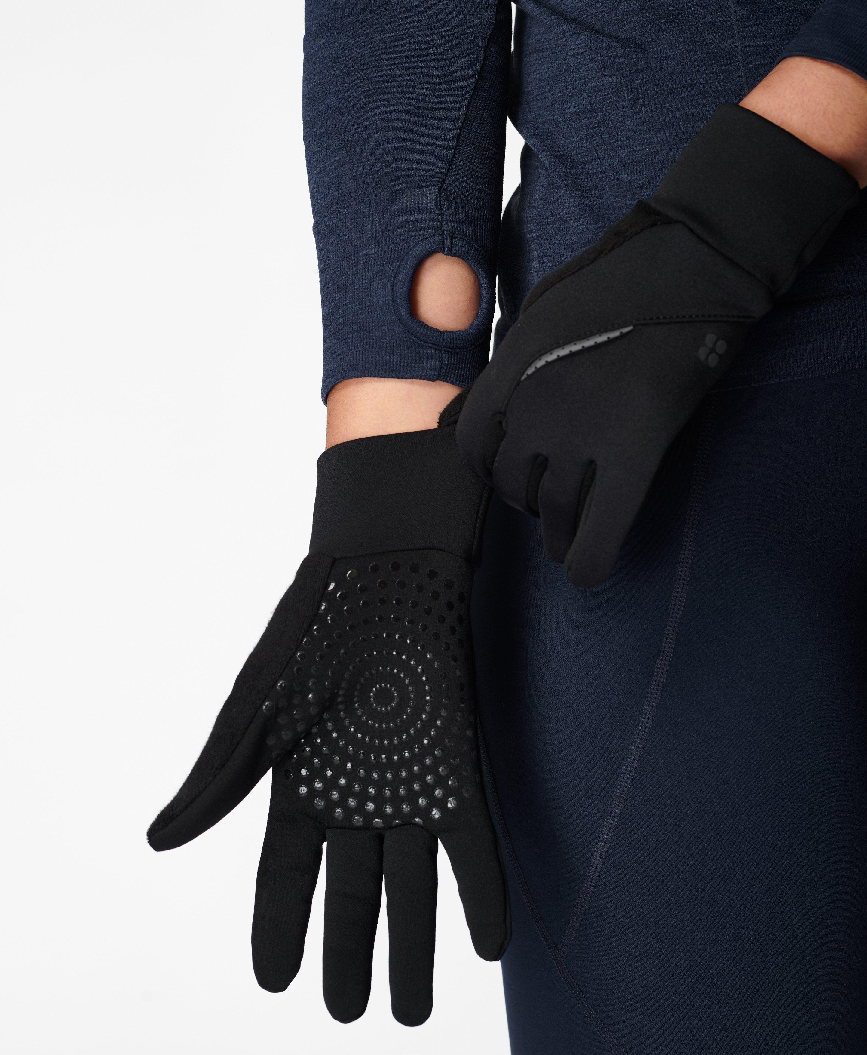 These lightweight, sweat-wicking running gloves come with reflective details for visibility during night-time runs. Touch-screen technology enables use with your phone.