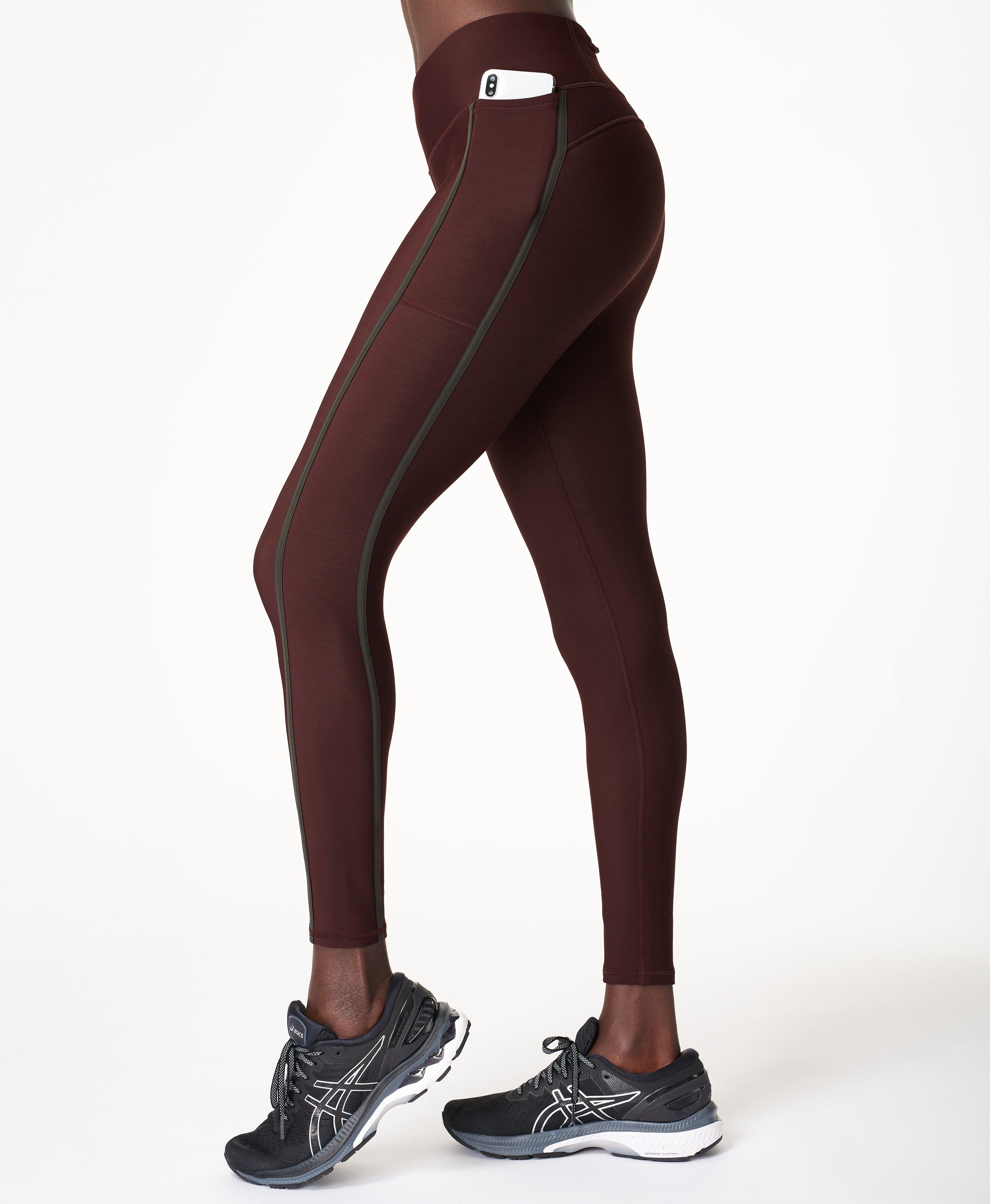 Take it outdoors in these insulating thermal leggings. Made for outdoor training, the technical moisture-wicking fabric is fleece lined for extra warmth in the cold.