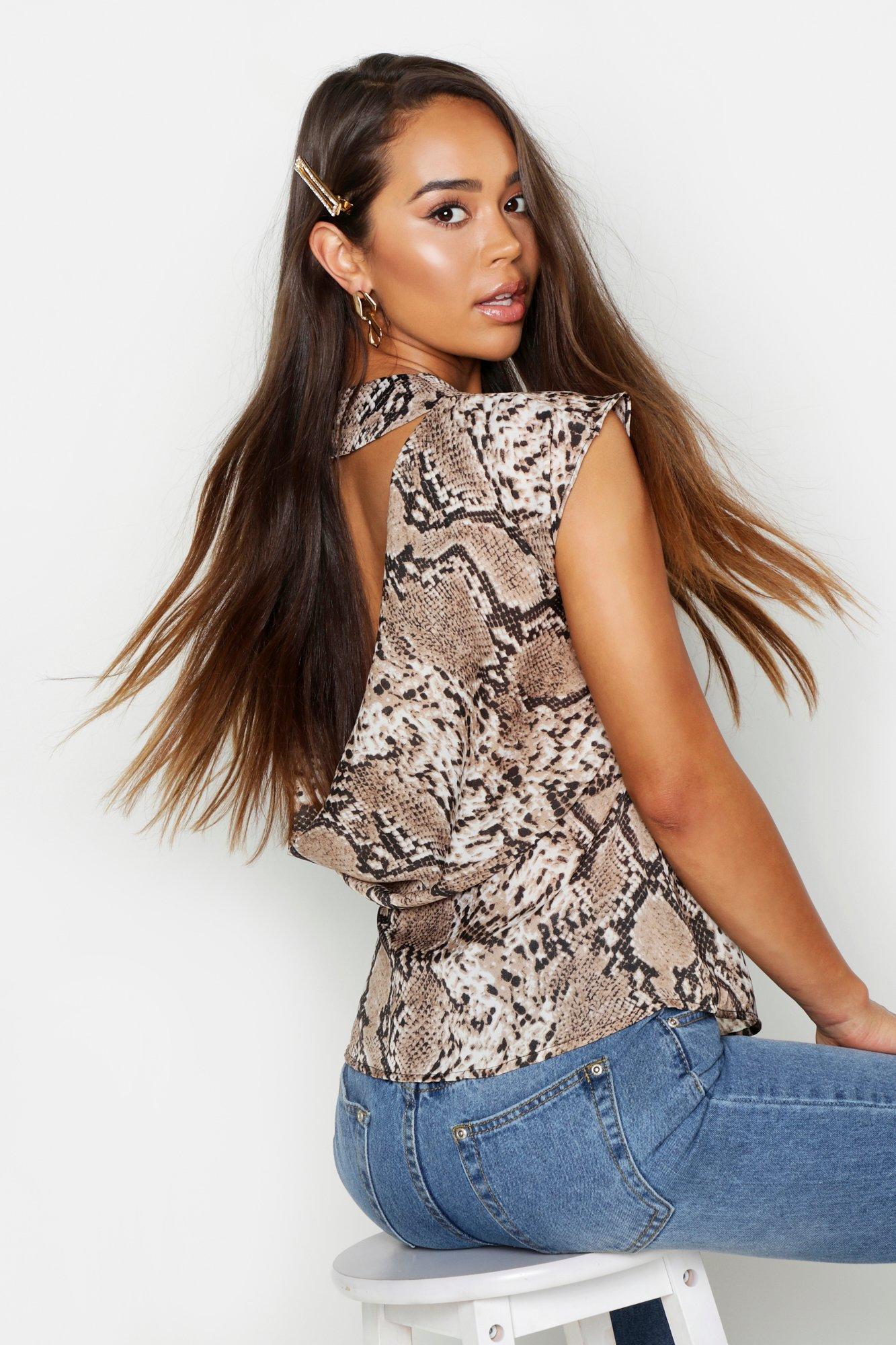 Womens Rückenfreies Schößchen-Oberteil aus Webstoff mit Schlangenmuster - Beige - S, Beige - Boohoo.com