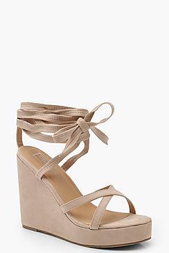 Scarpe con zeppa e cinghiette incrociate alla caviglia