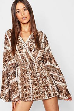 Tutina a portafoglio con stampa effetto pelle di serpente e maniche a kimono svasate