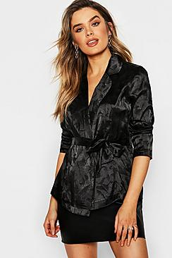 Premium Bluse aus Satin im Wickeldesign in Jacquard-Optik - Boohoo.com