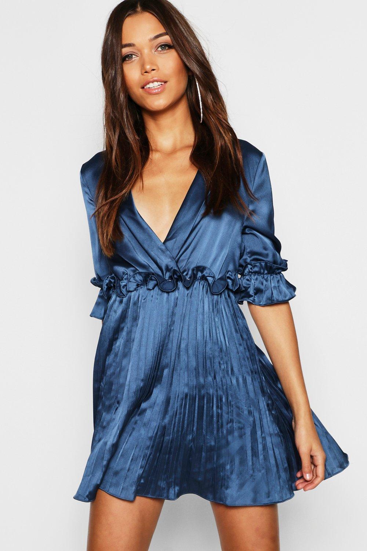 Купить Dresses, Атласное плиссированное платье с коротким широким подолом и глубоким вырезом, boohoo