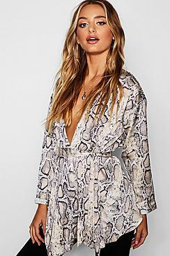 Bluse im Wickeldesign aus Satin in Schlangen-Print - Boohoo.com