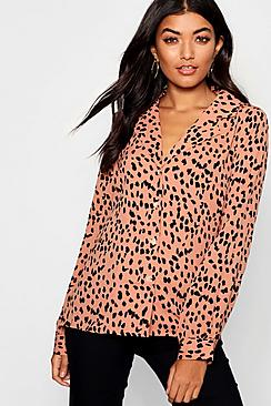 Bluse mit Kragen und durchgehender Knopfleiste in Dalmatiner-Print - Boohoo.com