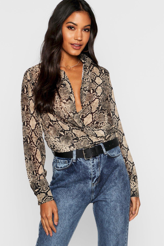 Womens Hemd mit tiefem Ausschnitt vorne in Schlangen-Print - steingrau - S, Steingrau - Boohoo.com