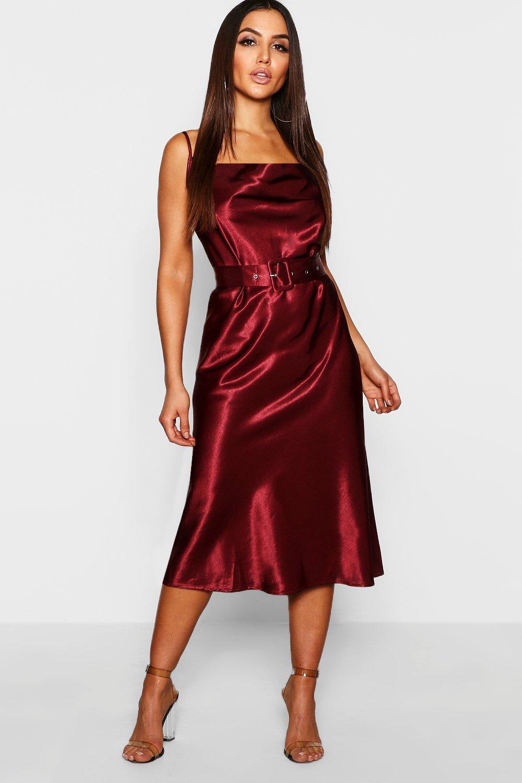 Купить К нам поступают платья, Атласное миди-платье комбинация с поясом и вырезом хомутом, boohoo