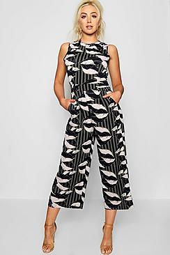 Gestreifter, hochgeschlossener Jumpsuit mit Hosenrock in Palmen-Print - Boohoo.com