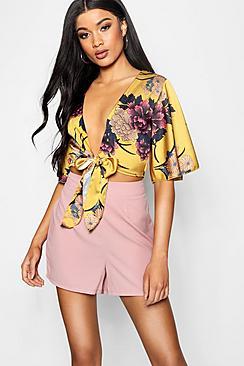 Kurze Bluse aus Satin mit Engelsärmeln und Bindung vorne - Boohoo.com