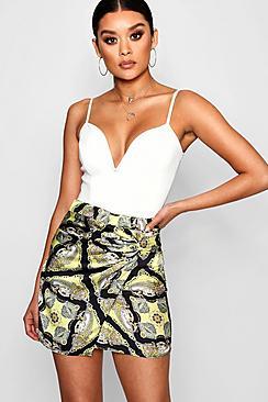 Elle Minirock aus Satin mit Knoten vorne in Schal-Print - Boohoo.com