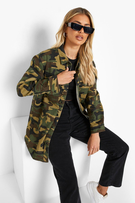 Womens Schmal geschnittenes Jeanshemd mit khaki Camouflage-Druck - 32, Khaki - Boohoo.com