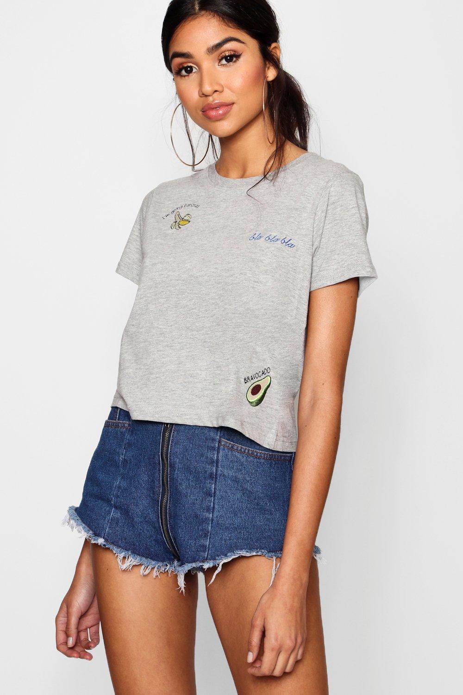 """Womens Besticktes T-Shirt mit """"AOP"""" Slogan - Grau meliert - XS, Grau Meliert - Boohoo.com"""