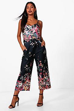 Dark Sherri Jumpsuit mit Blumen-Print und Hosenrock - Boohoo.com