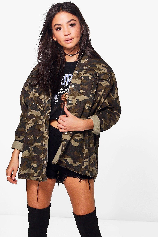 Womens Übergroßes Jeanshemd mit Camouflage-Print und Waschung - Mehrfarbig - s/m, Mehrfarbig - Boohoo.com