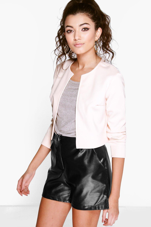 Descúbrelos en esta colección de chaquetas y blazers de mujer, donde encontrarás también una amplia variedad de americanas, chaquetas de vestir para mujer y chaquetas cortas aptas para todas las estaciones del año.