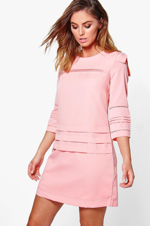 vestido de corte recto con manga 3/4 y detalle plisado clara | Boohoo