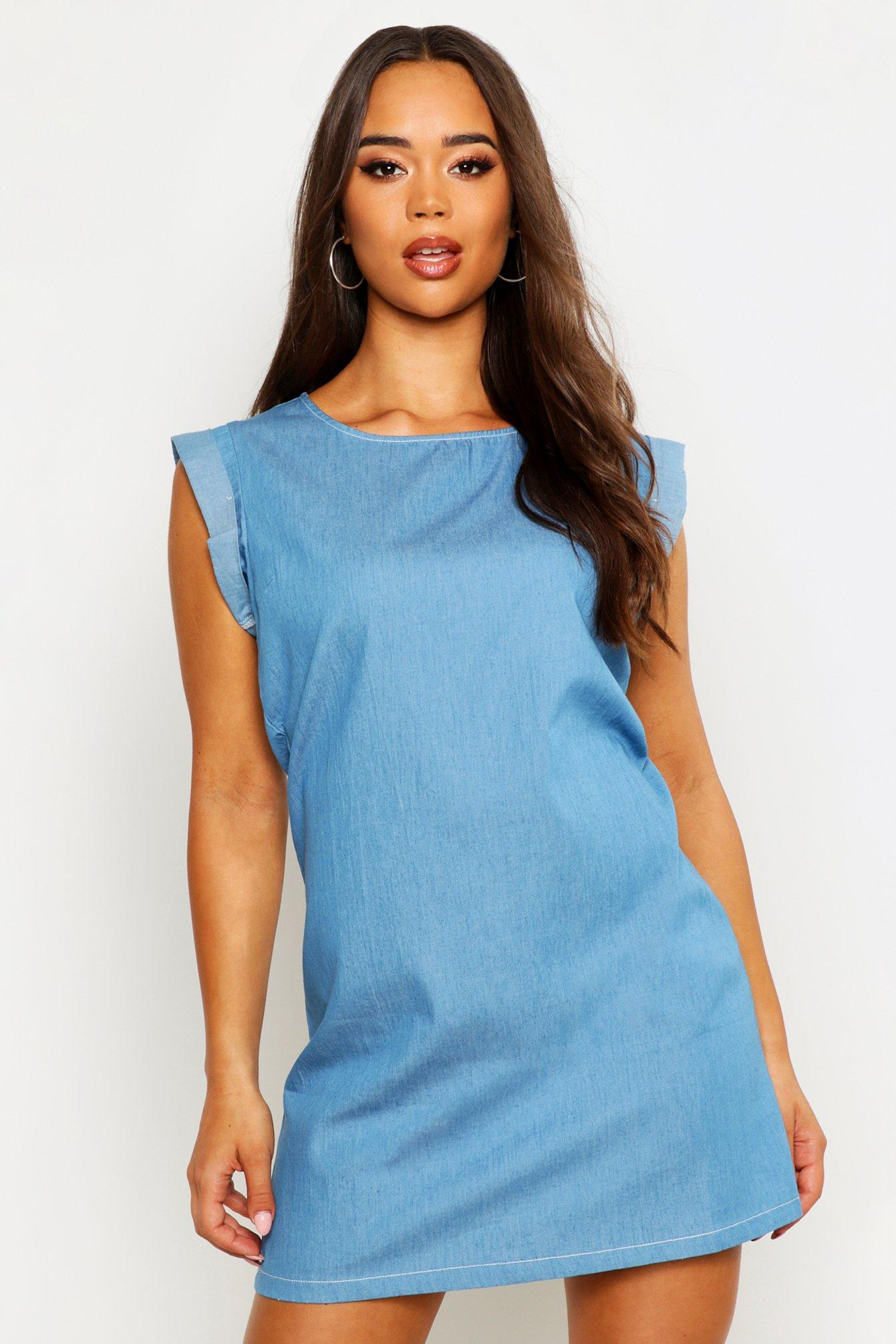 Womens Schlichtes Jeanskleid mit umgeschlagenem Ärmelsaum - Blau - 34, Blau - Boohoo.com