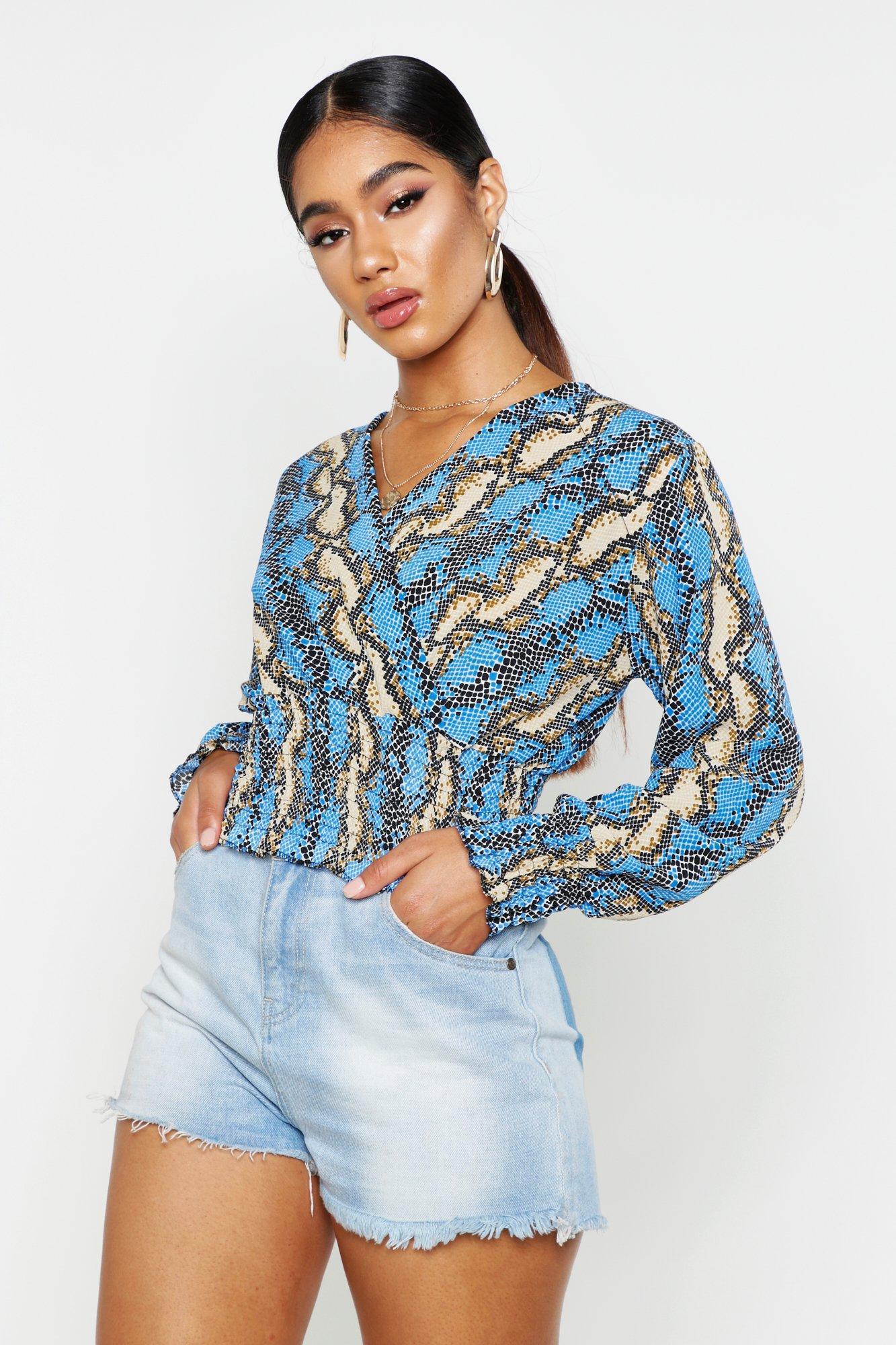 Womens Web-Bluse mit gekräuseltem Saum und Bündchen und Schlangen-Print - Blau - 32, Blau - Boohoo.com