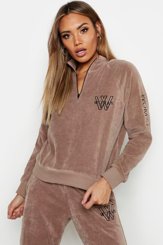 Womens Hochgeschlossenes Velours-Sweatshirt mit Reißverschluss-Detail und Stickerei - Sand - 36, Sand - Boohoo.com
