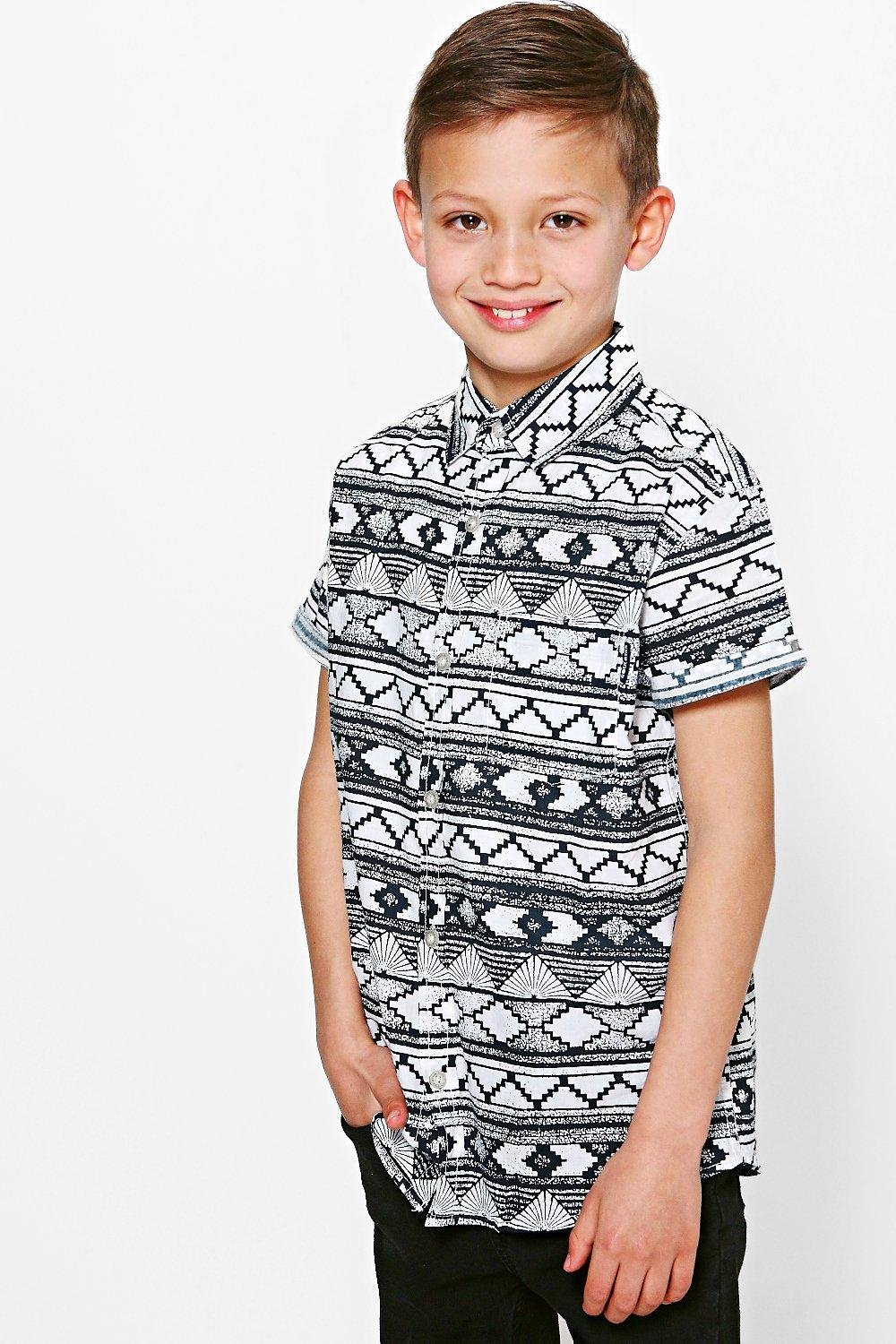 Under Armour gives him a wildly sporty look with this fun graphic-print T-shirt designed in soft, quick-drying material.