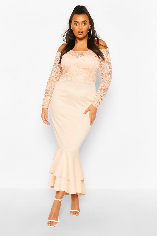 Из коллекции «Плюс сайз»— Кружевное платье макси с вырезом лодочкой и подолом «рыбий хвост»