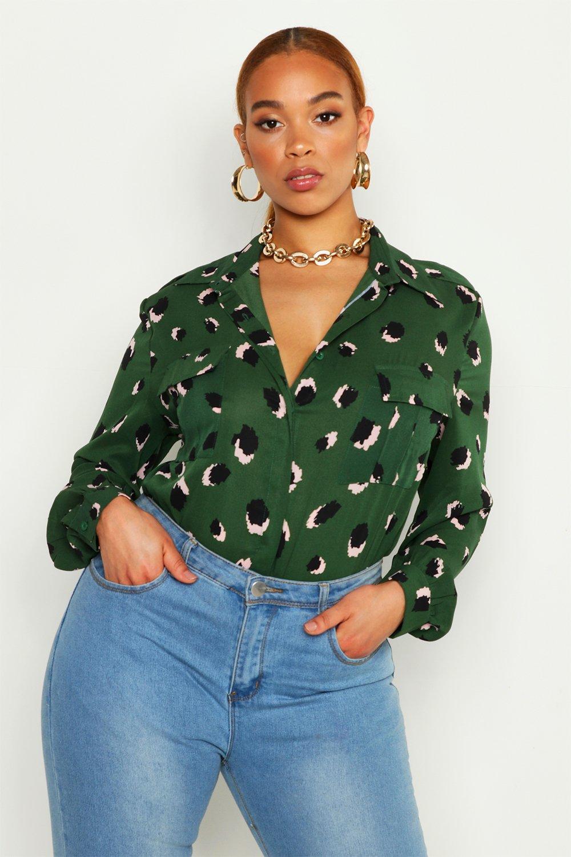 Womens Plus-Size Lockere Hemdbluse mit aufgesetzten Taschen und Print - grün - 50, Grün - Boohoo.com