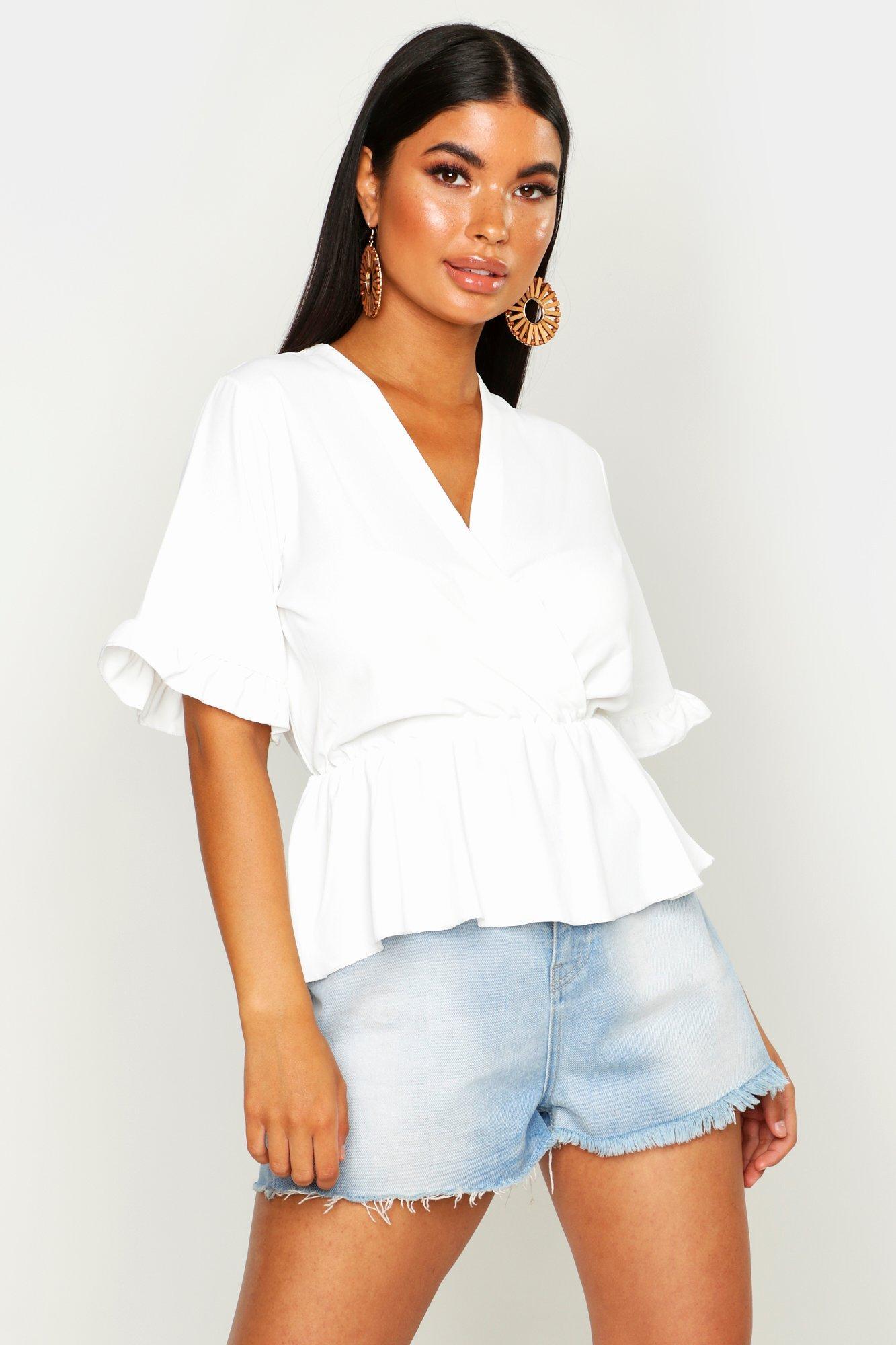 Womens Petite Bluse im Wickeldesign mit Rüschenärmel und Schößchen - Weiß - 30, Weiß - Boohoo.com