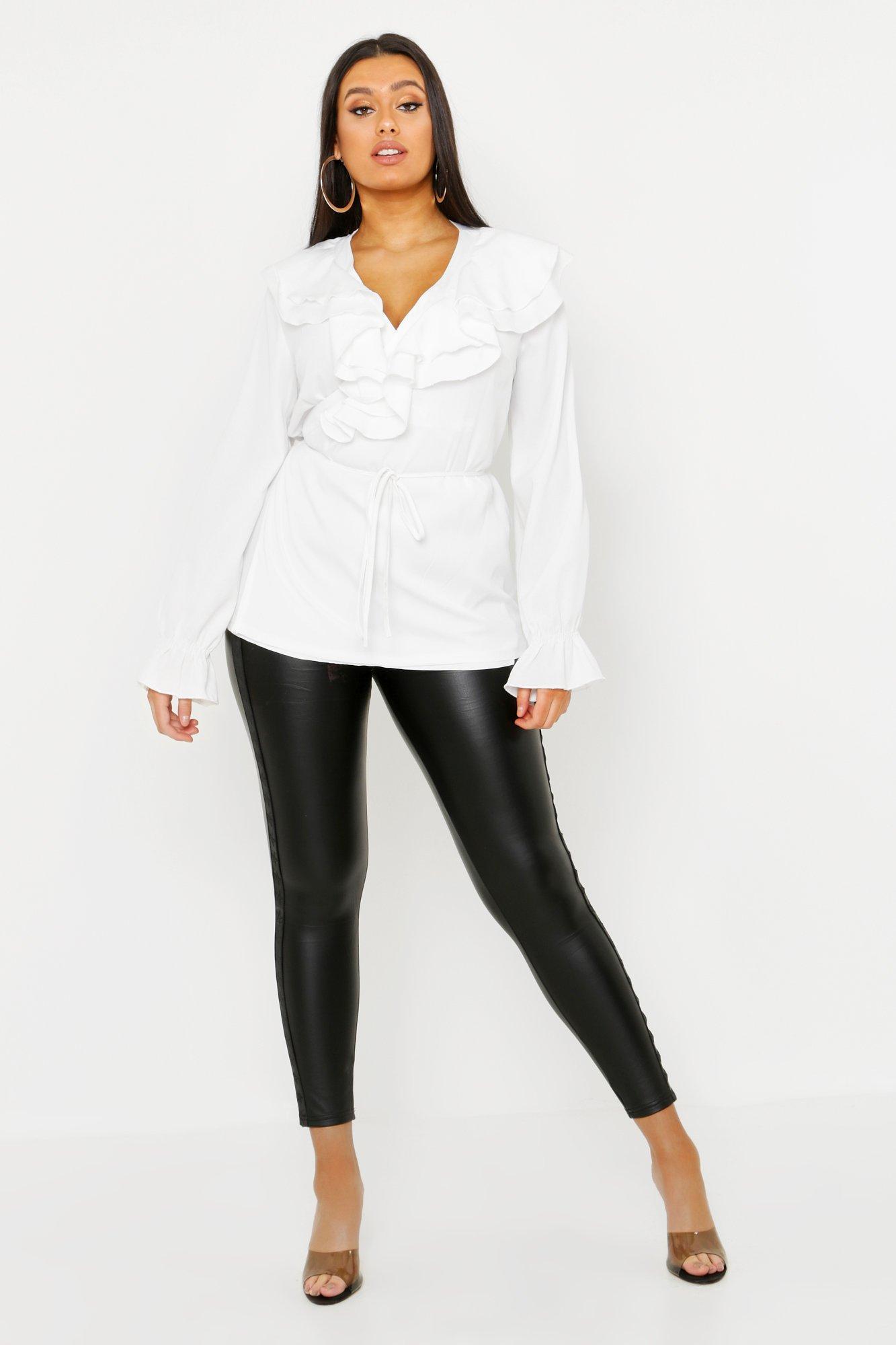 Womens Plus Oberteil mit tiefem Ausschnitt und Volant - elfenbeinfarben - 42, Elfenbeinfarben - Boohoo.com