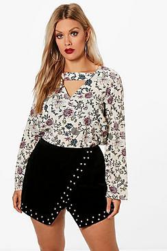 Plus mit Bluse aus Webmaterial mit Blumen-Print und Cutout - Boohoo.com