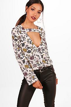 Petite Bluse mit Cutout und Blumen-Print - Boohoo.com