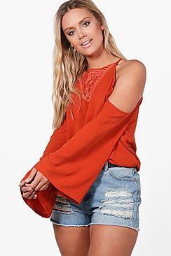 Plus Liza Bluse mit Spitzenapplikation und ausgeschnittenen Schultern - Boohoo.com