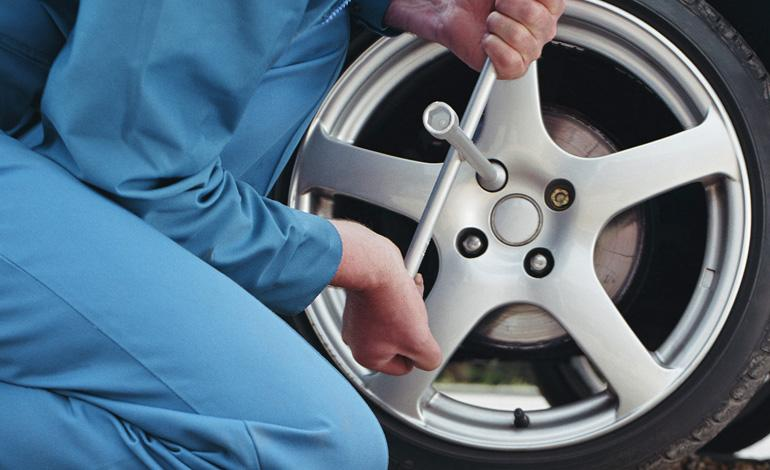 http://i1.adis.ws/i/washford/Change_Car_Tyre_HOWTO_770x470.jpg