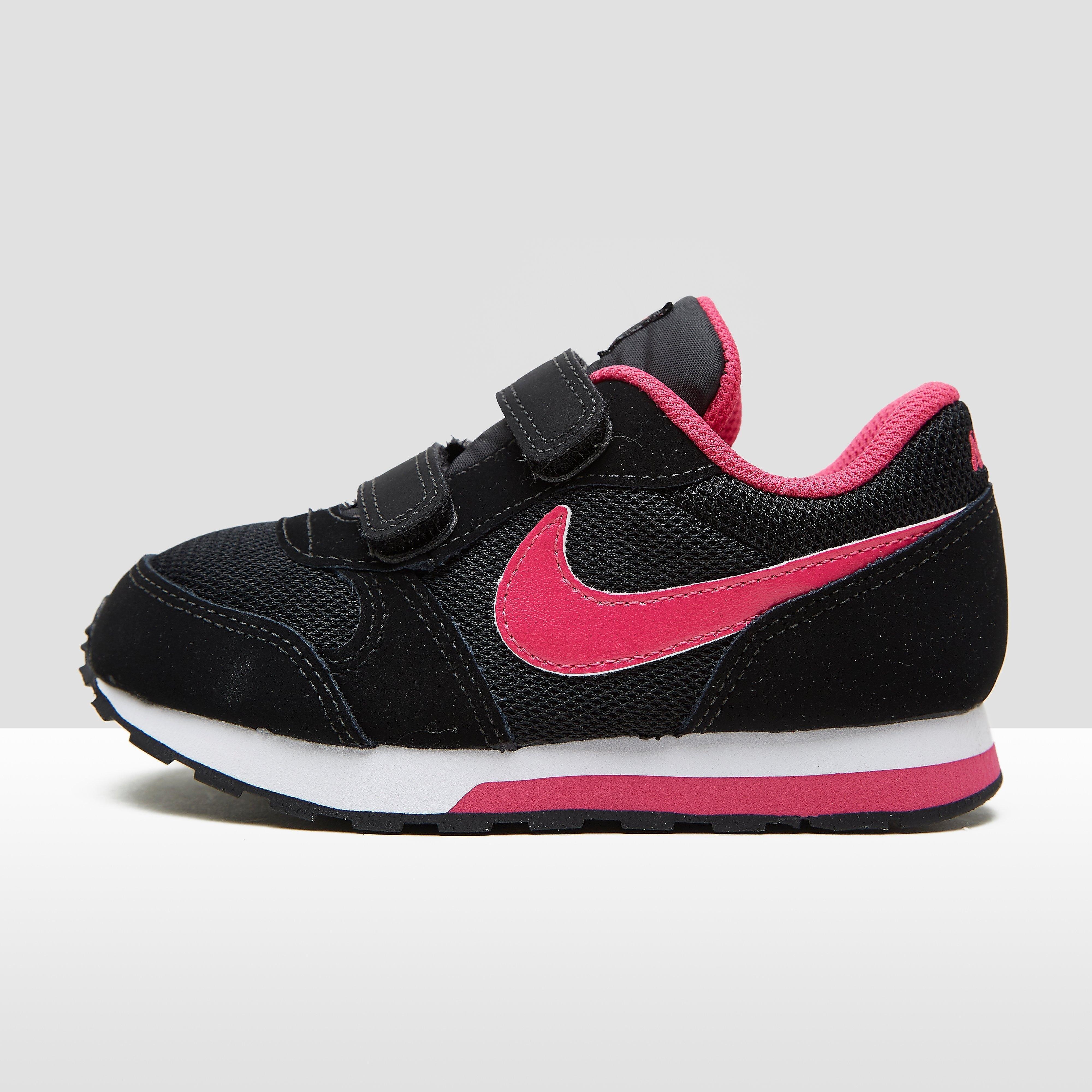Nike MD Runner babysneaker zwart en roze