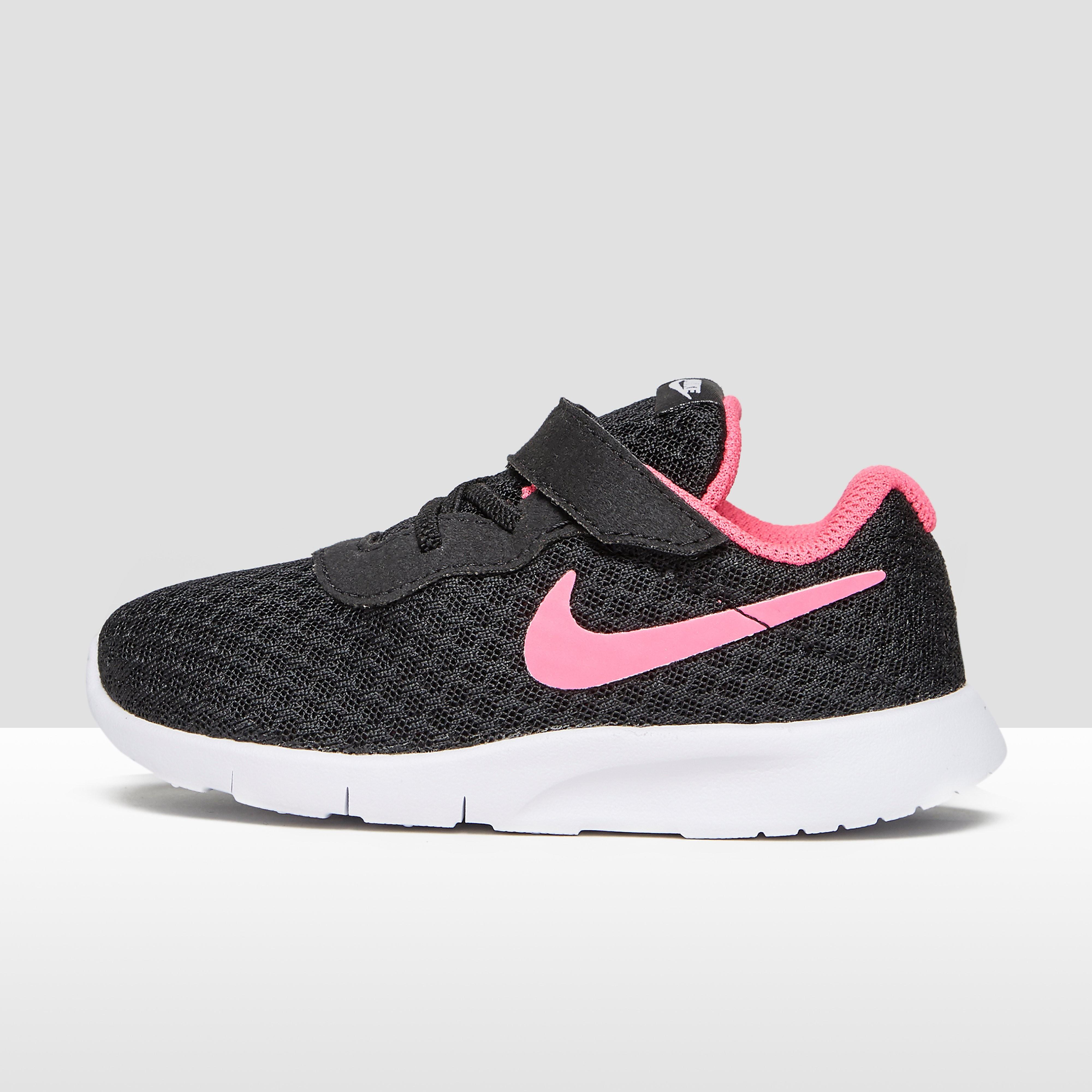 Nike Tanjun babysneaker zwart en roze