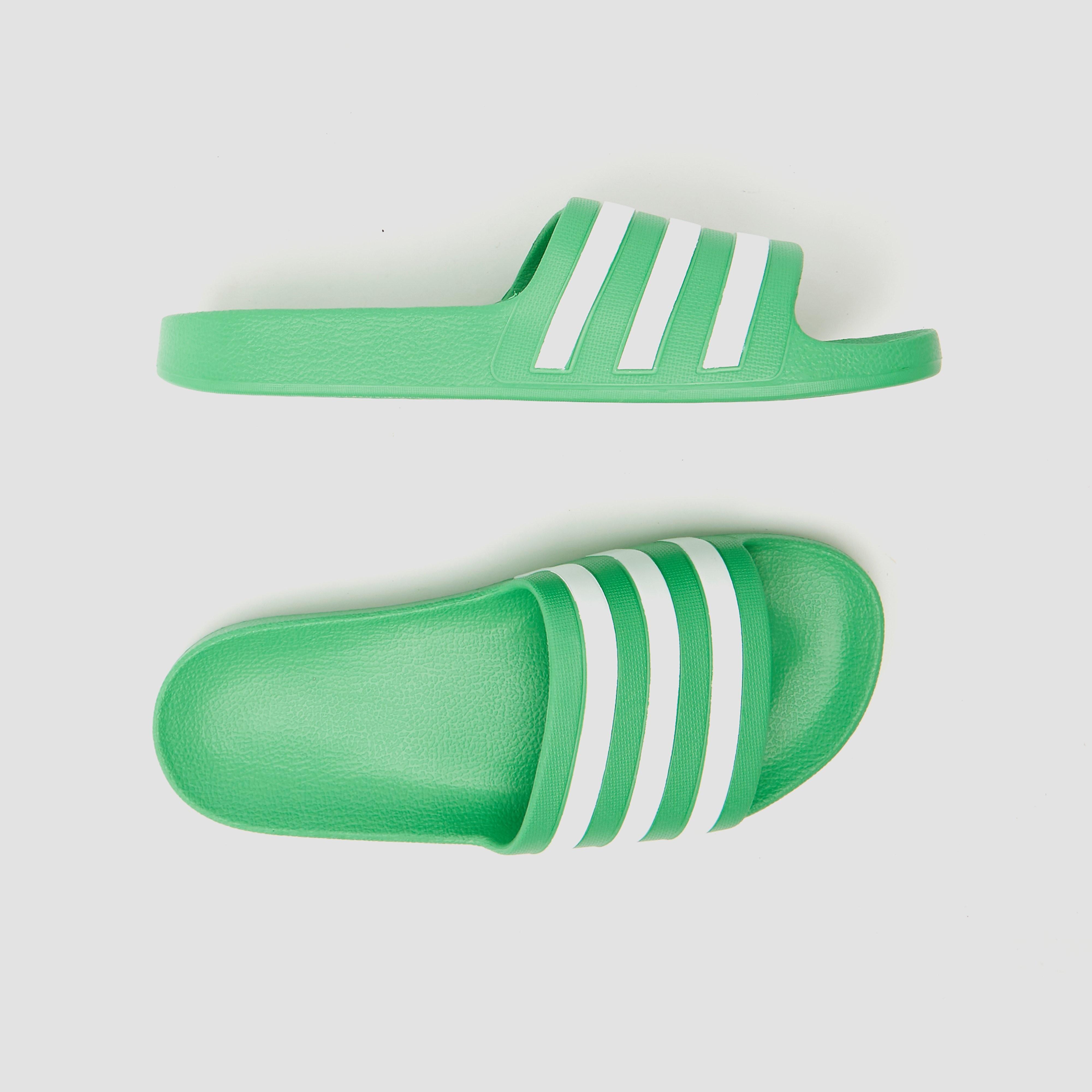 Vakantiegangers opgelet: je inpaklijst is niet compleet zonder deze groene adidas adilette aqua ...