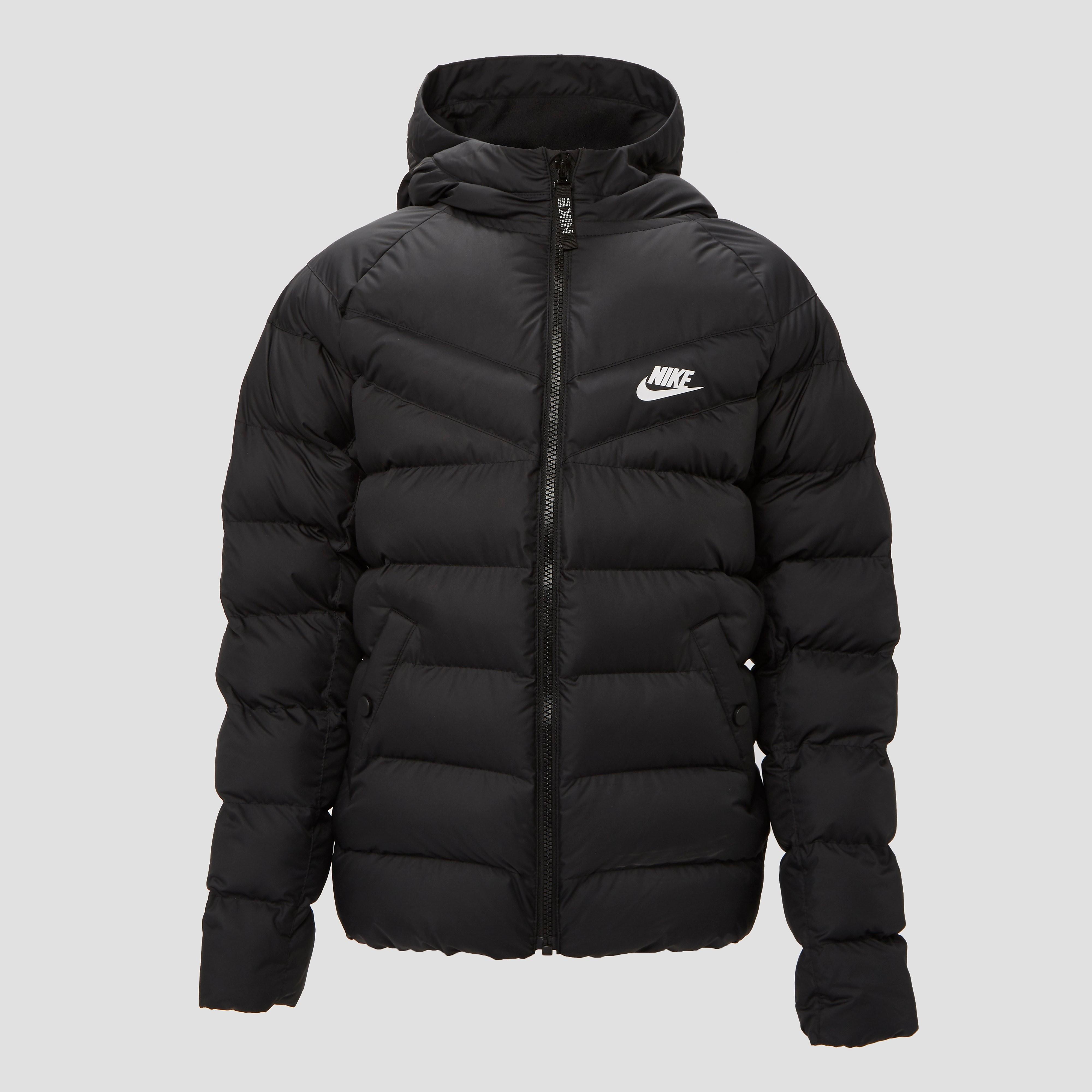 Geniet van de winter in de zwarte nike filled jas voor kids. dit warme jack biedt volledige isolatie, en ...