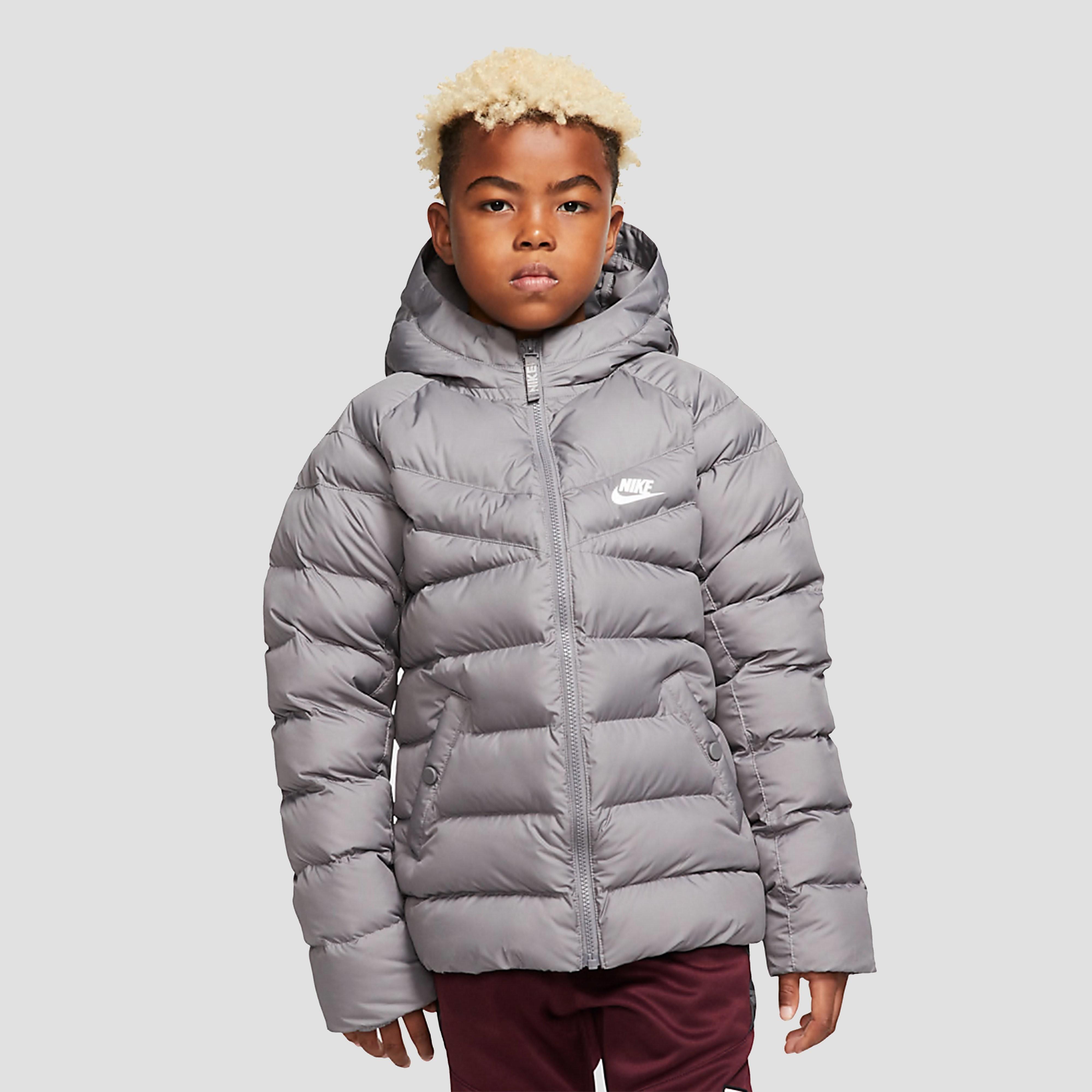 Je kunt pas echt genieten van de winter in de grijze nike filled jas voor kids. dit warme, gewatteerde jack ...