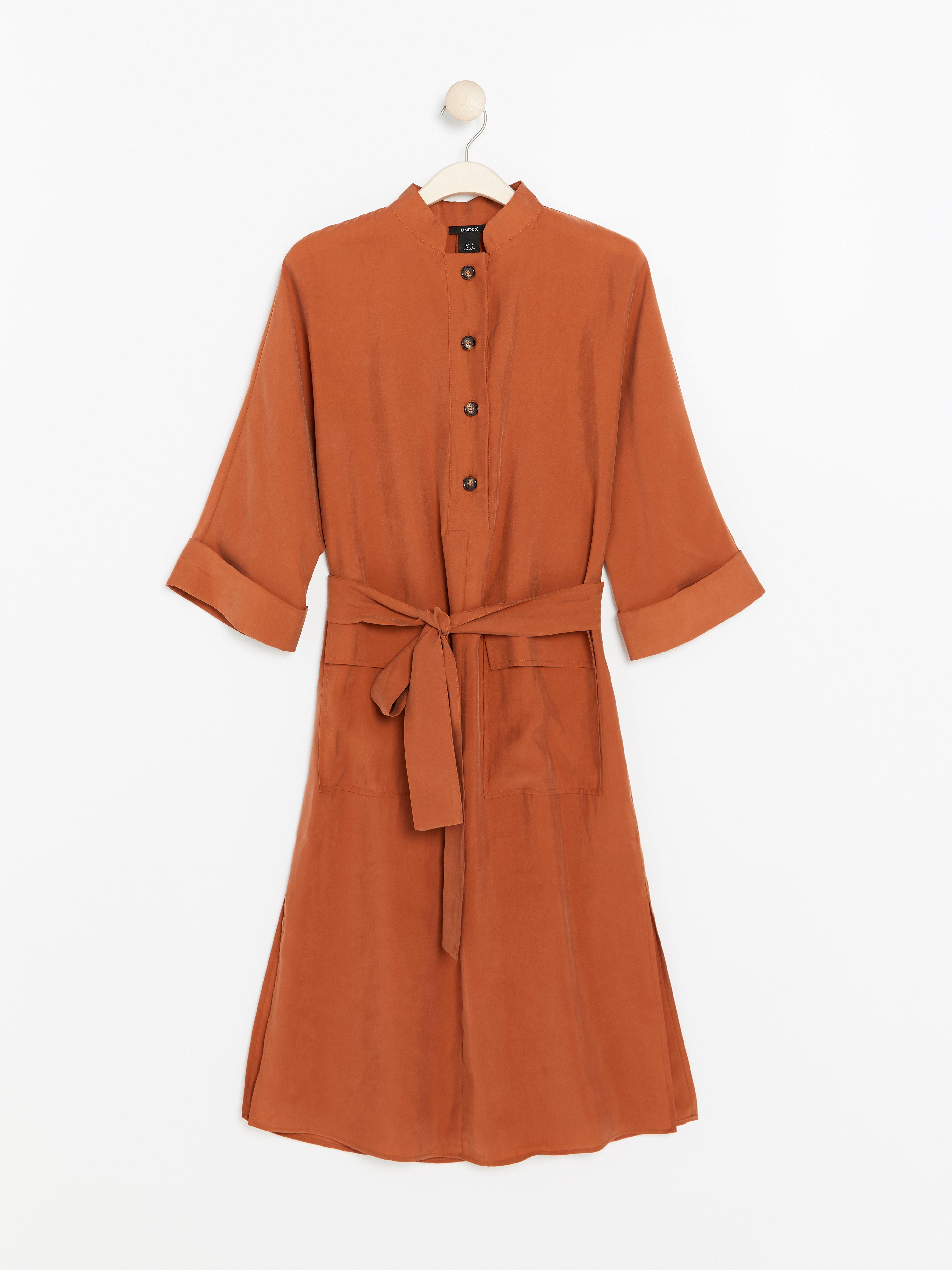 7827d0fd8e87 Bild på Orange klänning i modalblandning med knytskärp. Brand : Lindex