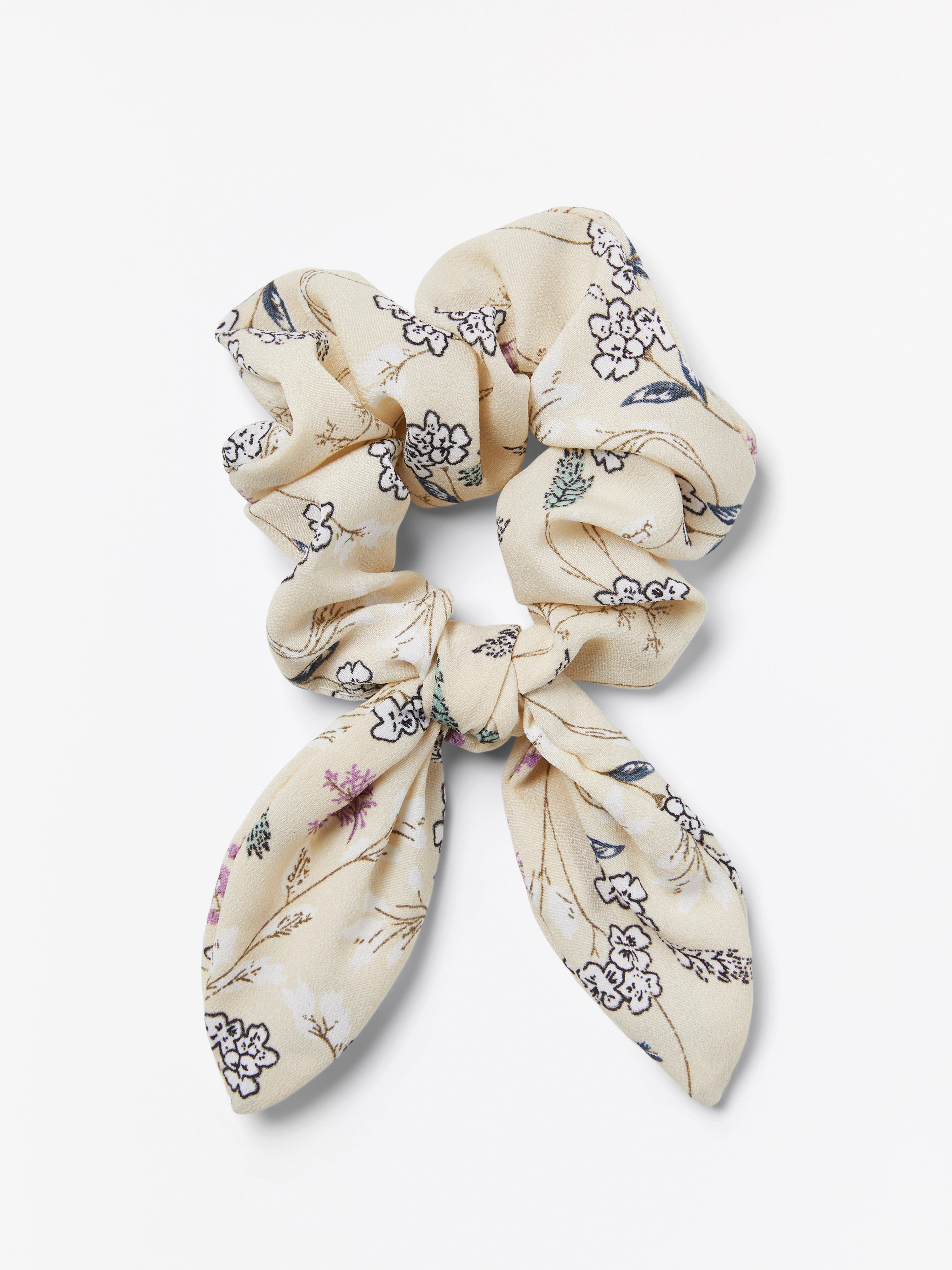 Blommönstrad scrunchie med rosett