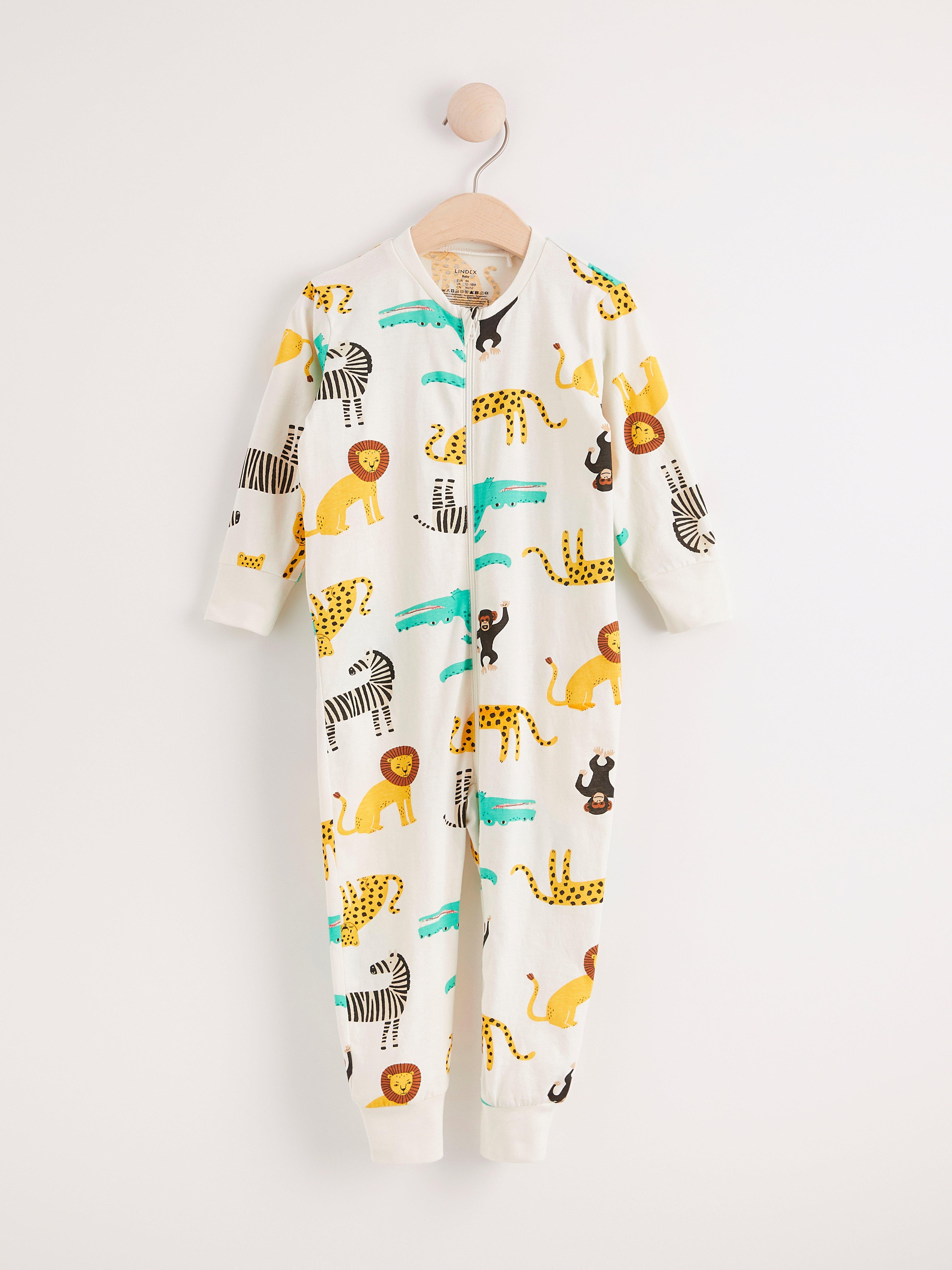 Vit pyjamas med djurmönster