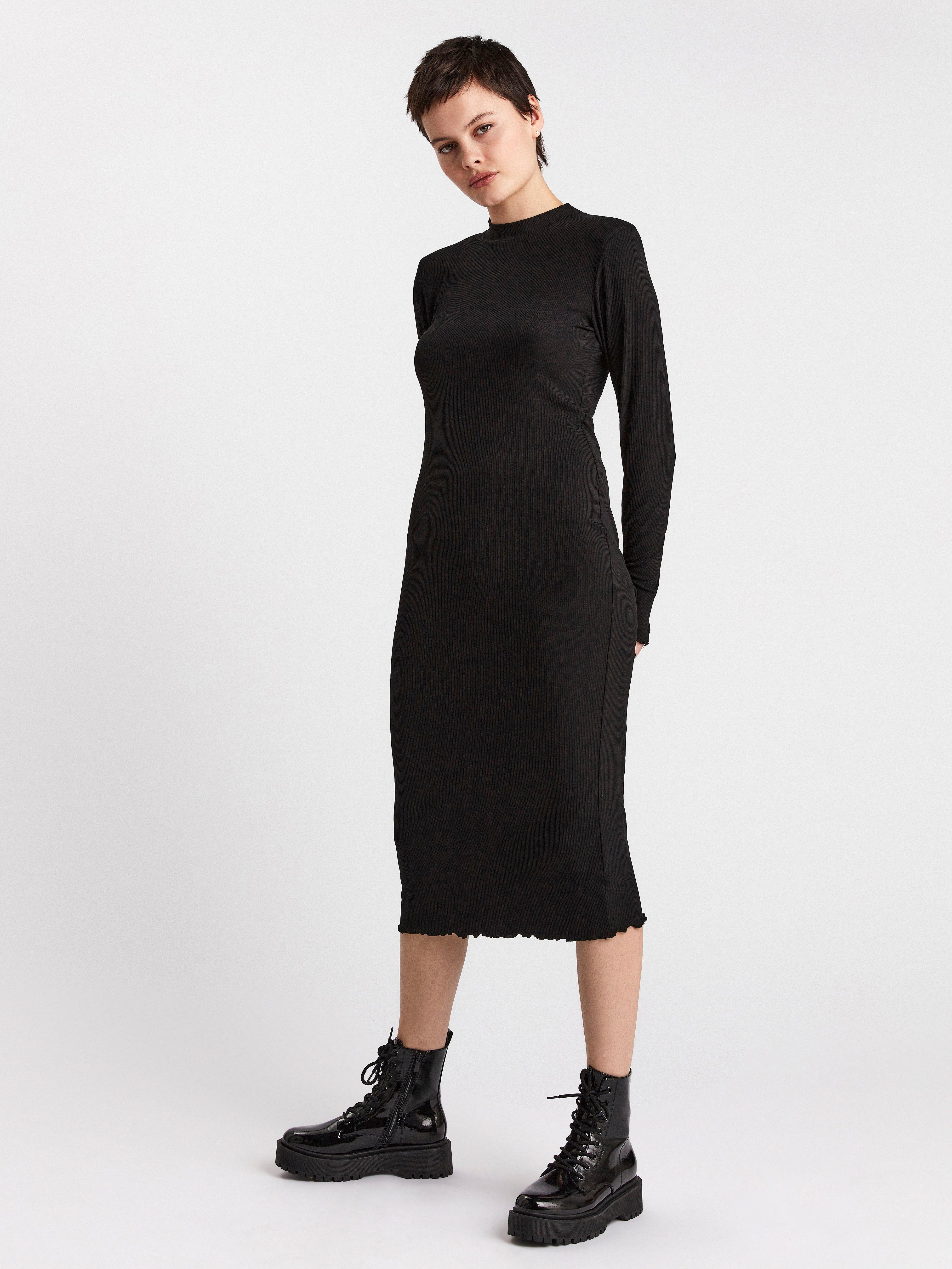 Ribbad klänning med axelvaddar