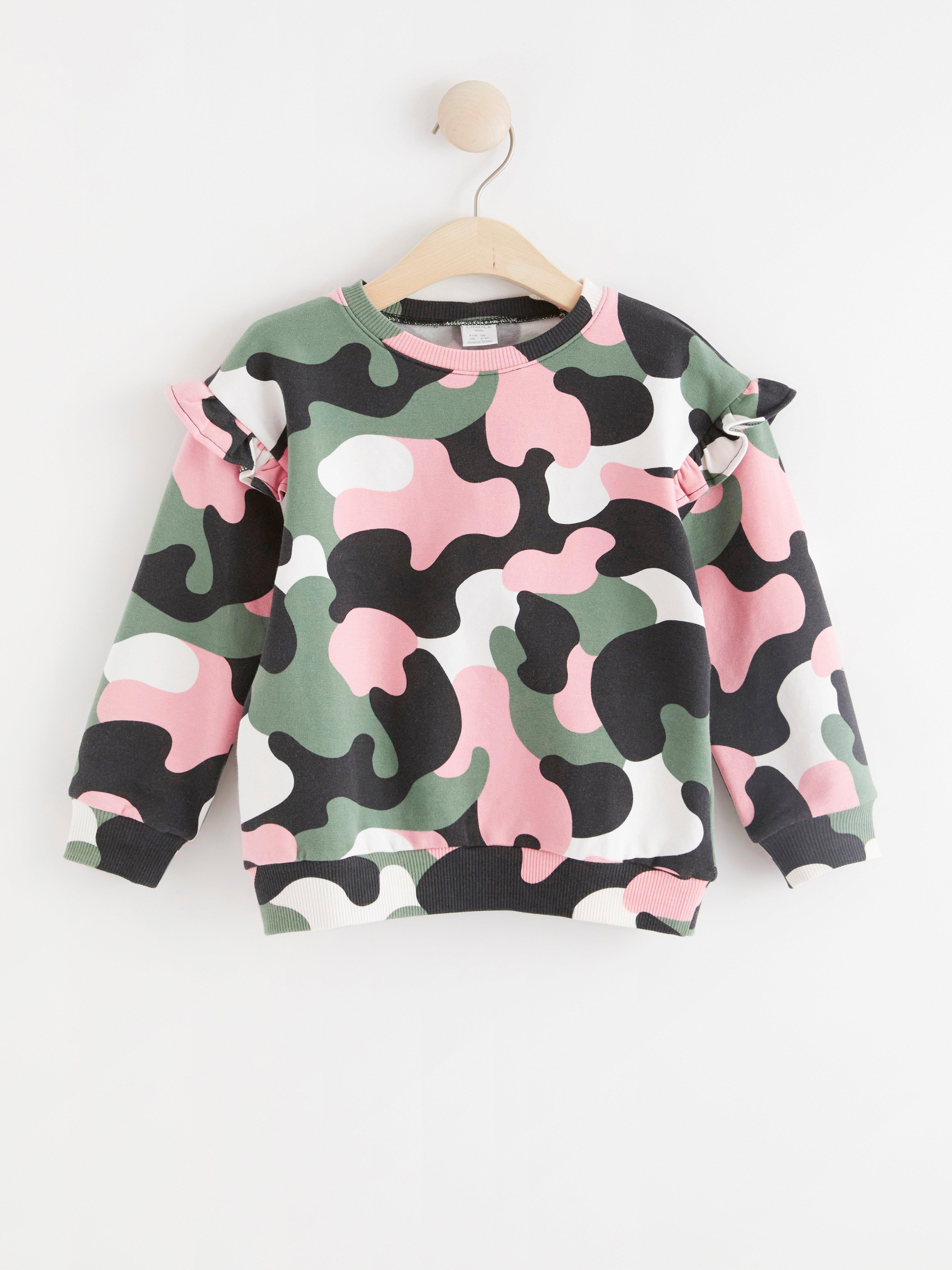 Sweatshirt med kamouflagemönster