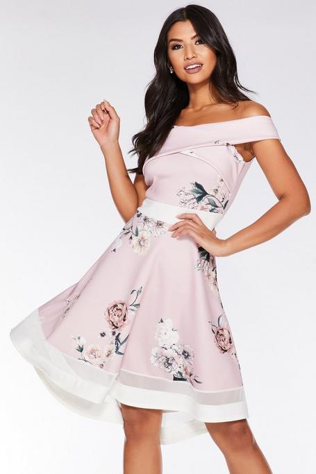 Vestido Rosa con Estampado Floral y Bajo Asimétrico