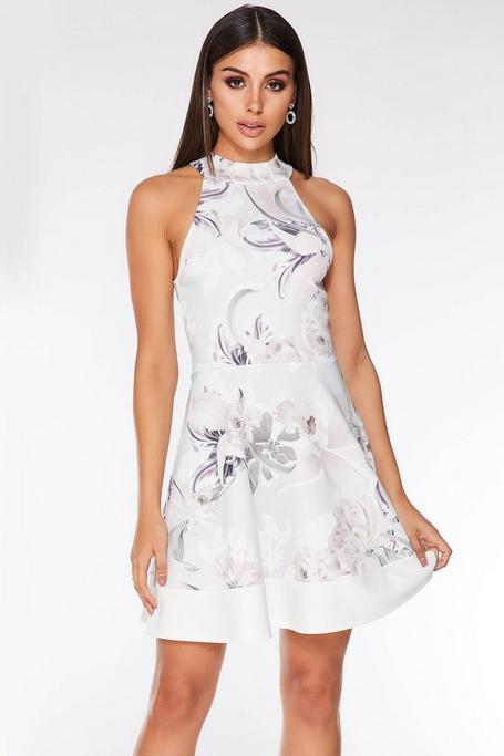 Vestido Corto Blanco con Estampado Floral y Cuello Halter