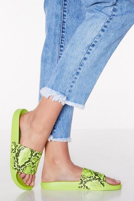 Sandalias Verde Neón con Estampado de Serpiente