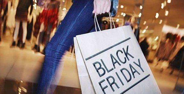 Black-Friday-shopper