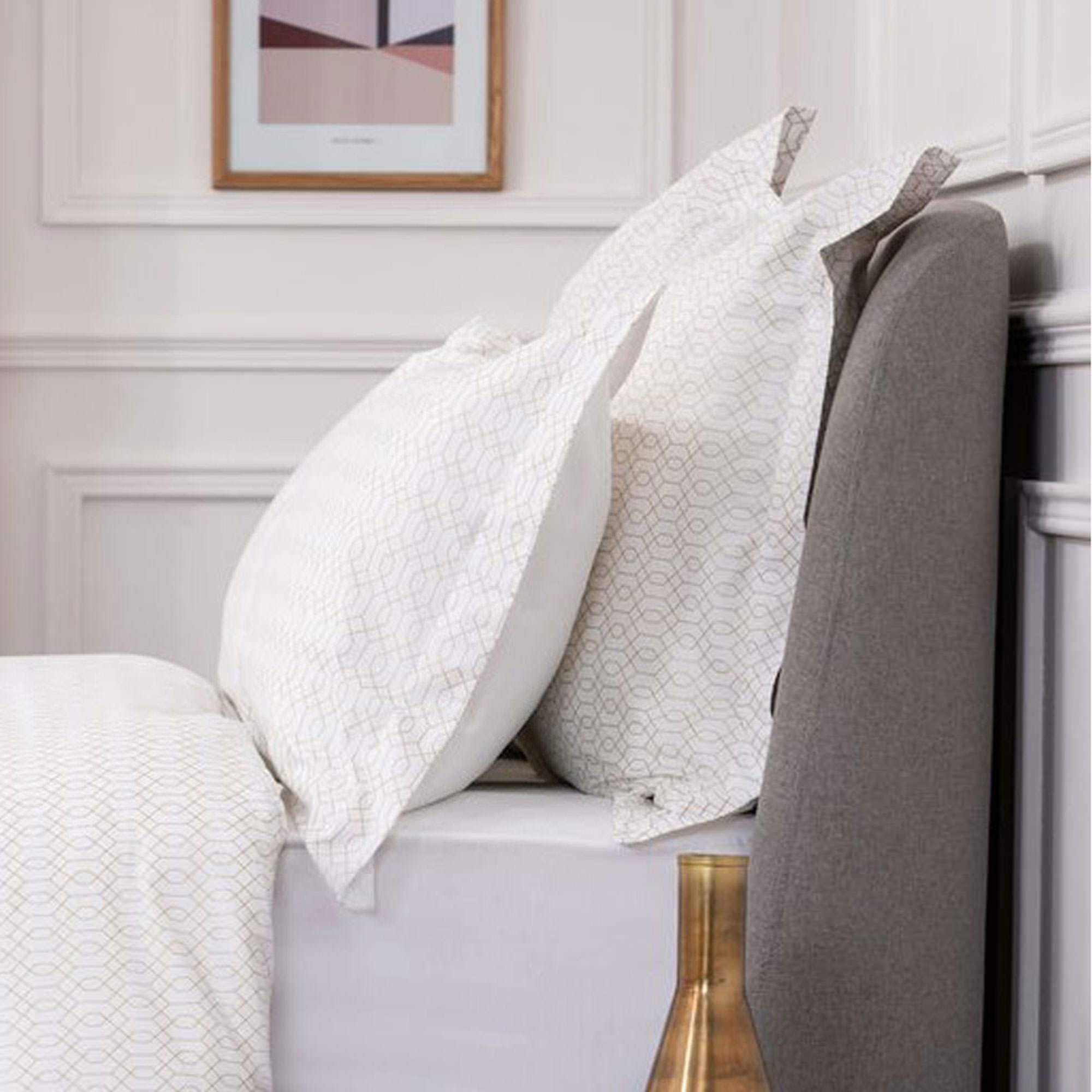 5617GEOMETALLICOXPCGOLDWH: Geometric Oxford Pillowcase